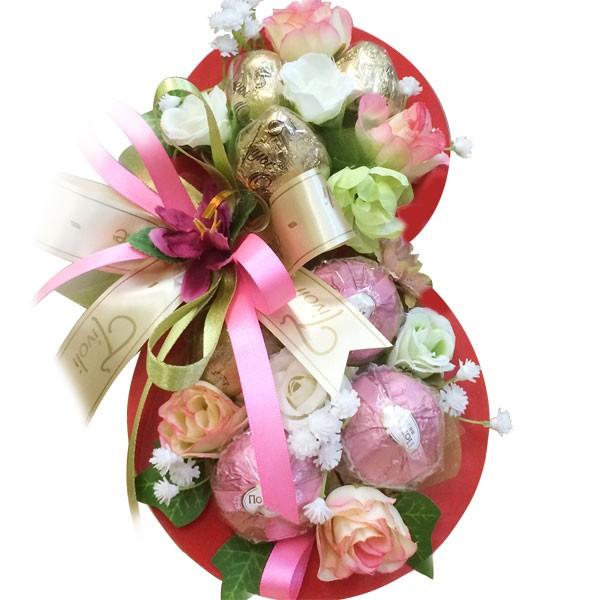 Композиция из цветов с конфетами.