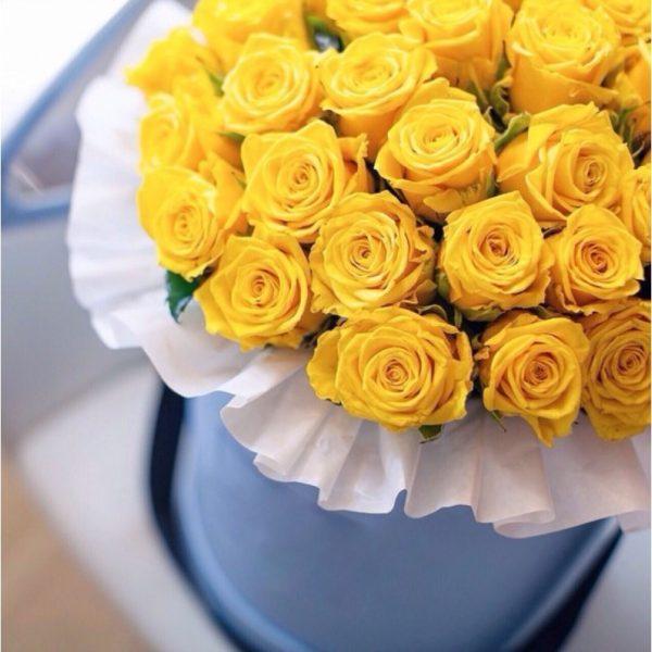 Коробка с жёлтыми розами.