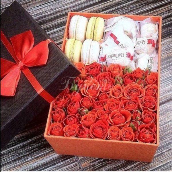 Коробка из цветов с макарунами и рафаэлло.