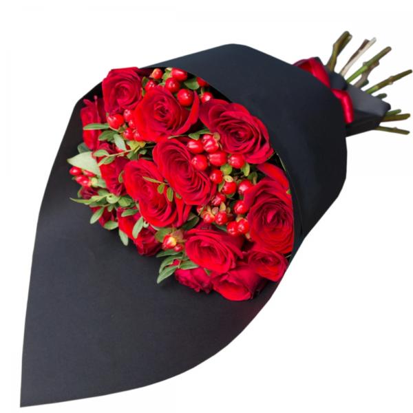 Букет из красных роз и гиперикума №4