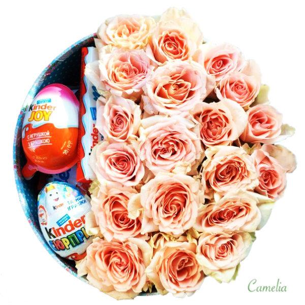 Коробка с розами и киндерами.