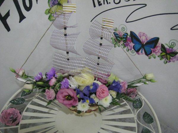 Нежный кораблик из живых цветов.