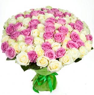Нежный букет из розовых и белых роз