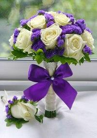 Свадебный букет с розами и статицей.