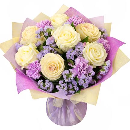 Букет из белых роз с гвоздиками и статицей