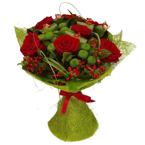 Букет из хризантем с красными розами