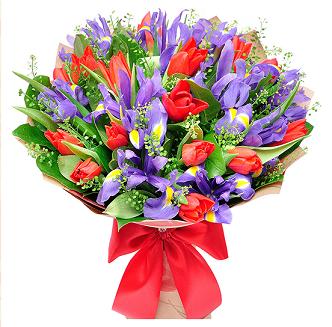 Букет из красных тюльпанов и ирисов