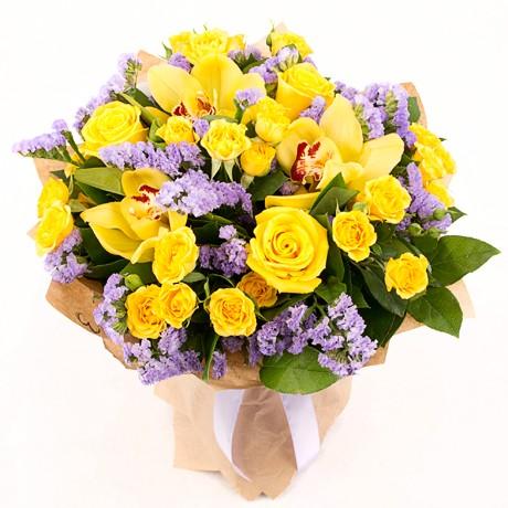 Букет из орхидей с желтыми розами и статицей