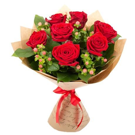 Букет из красных роз и гиперикума