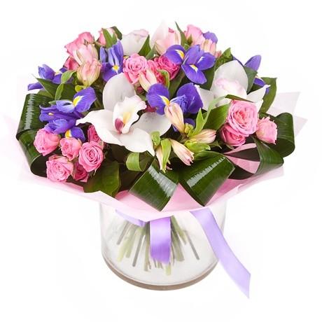 Букет из орхидей с розовыми розами и ирисами