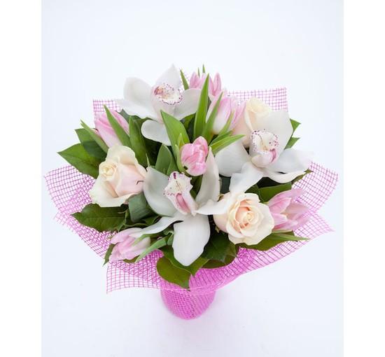Букет из орхидей с розами и тюльпанами