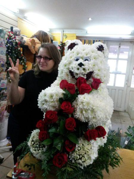 Огромный медведь из цветов.