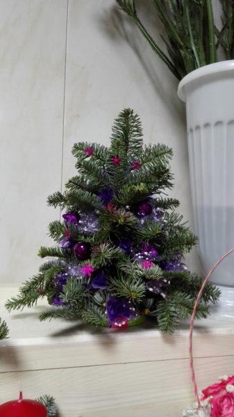 Ёлка в фиолетовых тонах.