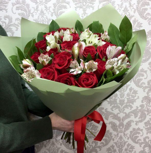 Букет с альстромерией и красной розой №13