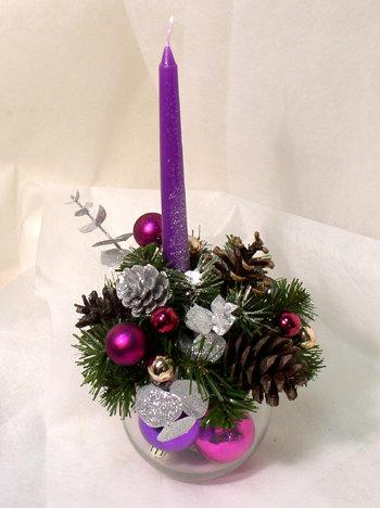 Новогодняя композиция в фиолетовых тонах.