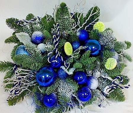 Новогодняя композиция в синих тонах.