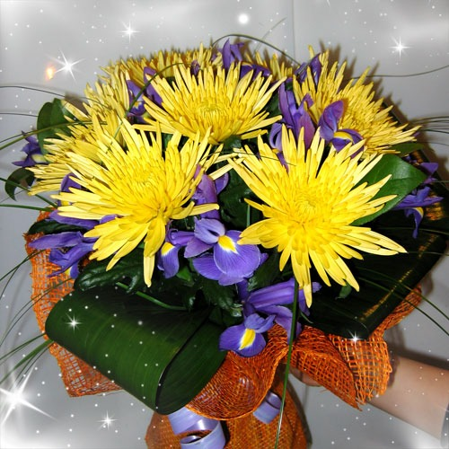 Букет с хризантемами и ирисами.