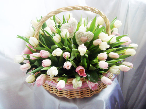 Корзинка с тюльпанами.