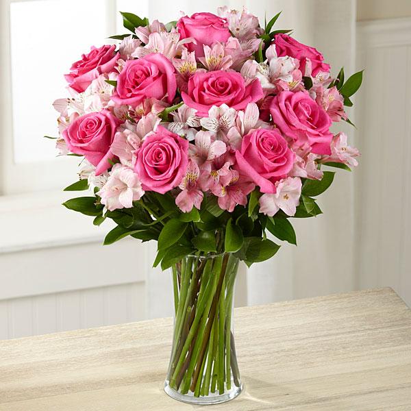 Букет с розами и альстромерией.