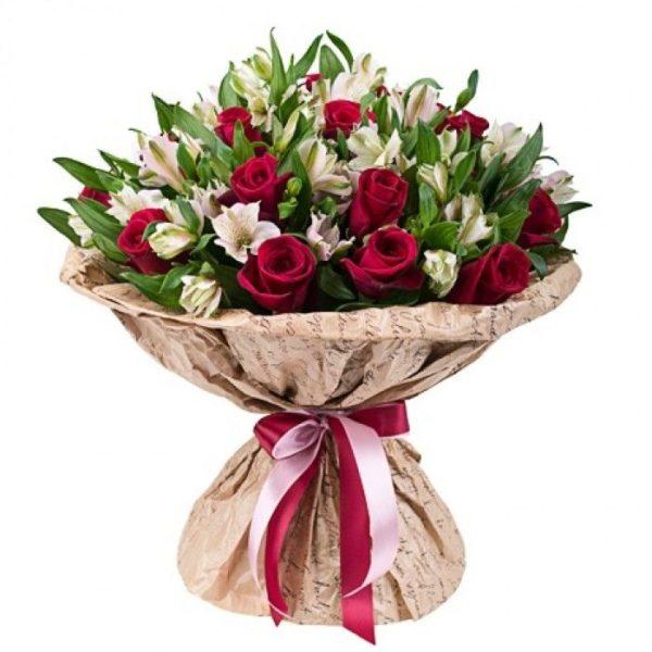 Красивый букет с альстромериями и розой.