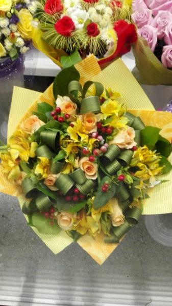 Интересный букет с розами и альстромерией.