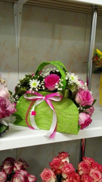 Зеленая сумка с цветами.