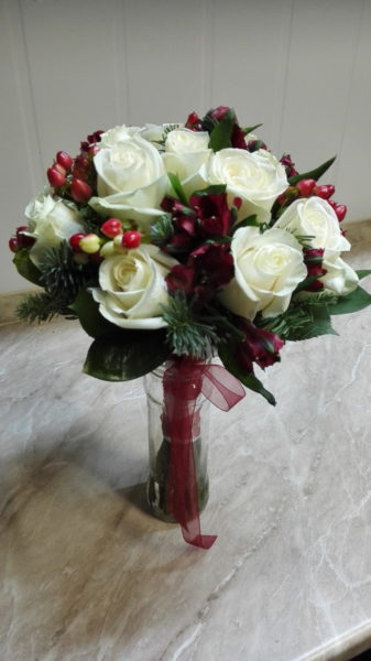 Букет невесты в красно-белых тонах.