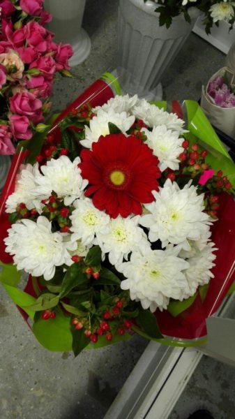 Букет с хризантемами и герберой.