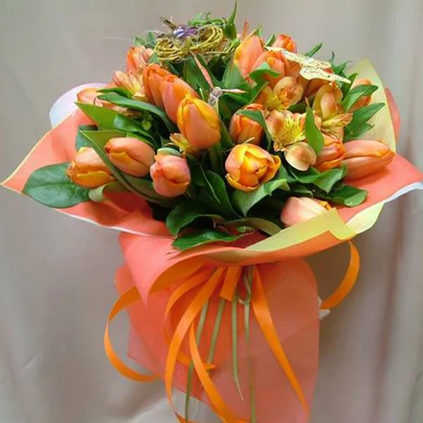 Букет с тюльпанами в оранжевых тонах.