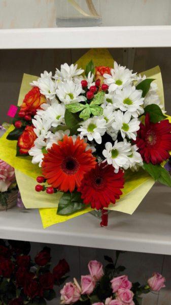 Букет с герберами и хризантемой