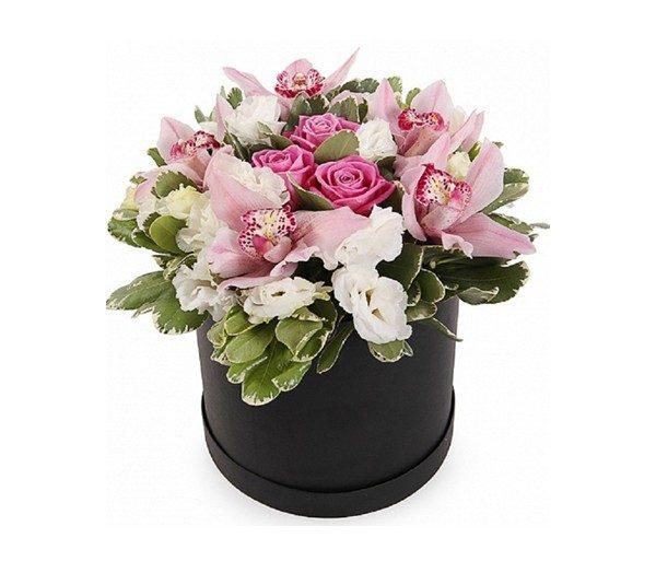 Черная коробка с орхидеями и розами