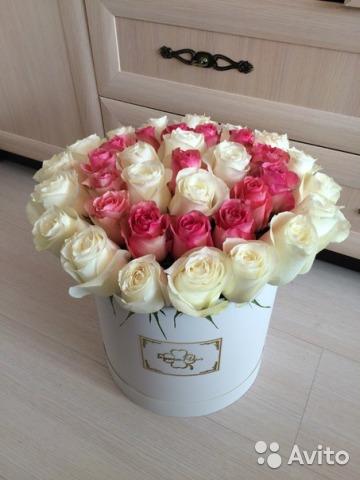 Белая коробка с розами