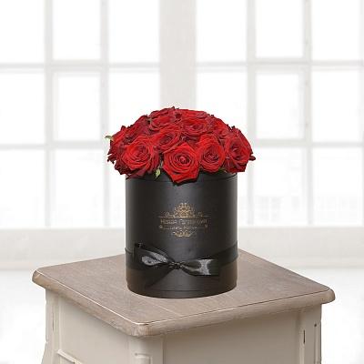 Черная коробка с красной розой