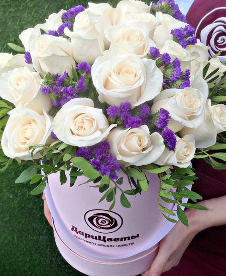Белая коробка с розами и со статицей