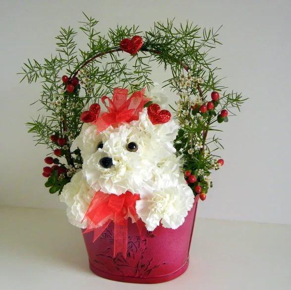 Игрушка из цветов в корзинке