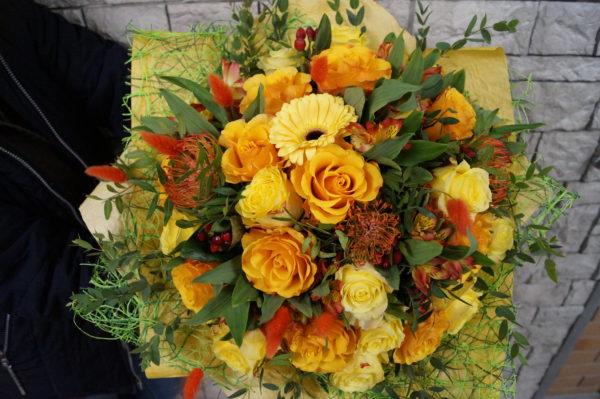 Букет с экзотикой и розами