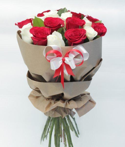Букет с розами в крафте