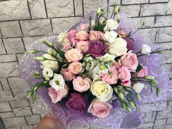 Нежный букет с розами и лизиантусом