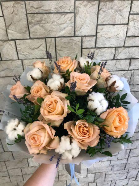 Букет с розами, хлопком и лавандой