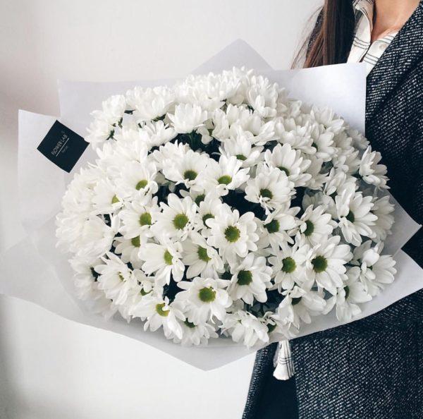 Букет из белых хризантем в кальке